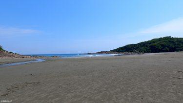 【伊勢ケ浜海水浴場】白砂青松と透き通った水が美しい2つの岬に囲まれた海